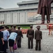 Дозволено е да ги фотографирате овие статуетки само ако се целосно во кадар, а пред нив секогаш има бескрајна редица од луѓе кои носат цвеќиња и се поклонуваат