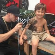 Артист тетовира болни дечиња за да го направи нивниот живот во болниците поинтересен