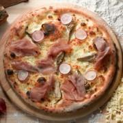 Вкусен и брз рецепт: Тесто за пица од само 3 состојки