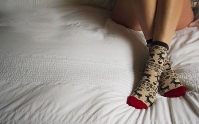 Дали спиете со или без чорапи? Дознајте што открива тоа за вас