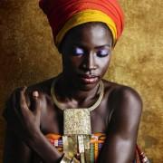Модерни жени од Африка се облекуваат во традиционалната облека на нивните предци