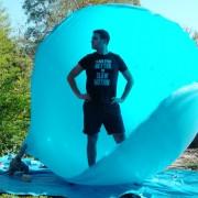 Какво е чувството да се биде во внатрешноста на балон кој пука?