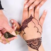 Прекрасно видео кое ни покажува 3 различни дизајни на свадбени индиски тетоважи