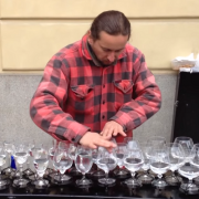 Уличен музичар ги воодушевува туристите со неговиот перформанс на стаклени чаши со вода