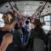 Приказна од еден градски автобус која го насмеа Интернетот: Средба на баба и урбана девојка