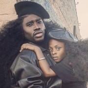 Татко и ќерка полека го освојуваат Интернетот со своите природно бујни коси