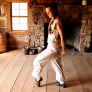 Единствената танчарка која може да степува побрзо од рапувањето на овој пејач