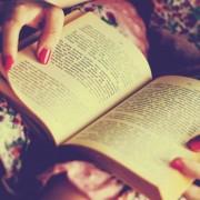 5 знаци дека вечерва повеќе би сакале да останете дома со вашата омилена книга отколку да излезете со пријателите