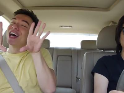 Погледнете го ова момче кое тотално откачува на омилените песни додека се вози со мајка му во автомобил