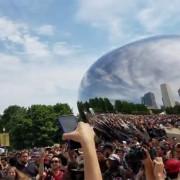 """(1) """"Покемон Гоу"""" знае и да обединува: Стотици луѓе во Чикаго пеат во еден глас"""