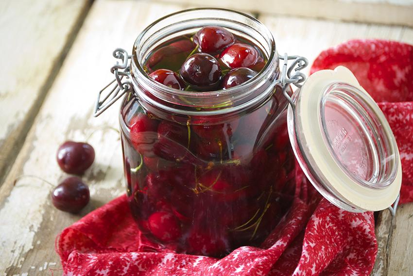 Домашен ликер од вишни: Лесен за подготовка и измислен за летото