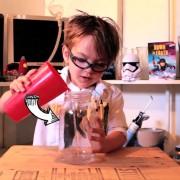 Торнадо во тегла: Неодоливо дете научник прави интересен домашен експеримент