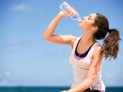 Престанете да пиете вода од стари пластични шишиња: Содржат исто толку бактерии колку тоалетна шолја!