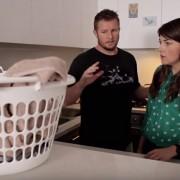 Урнебесно и забавно видео: Моќта на мистериозната корпа за валкани алишта