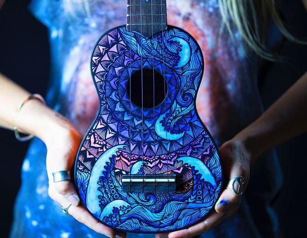 (1) Музички инструменти претворени во колоритни уметнички дела