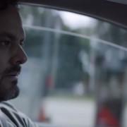 Внимателен татко прави катастрофален избор во ова видео од кампања за безбедност во сообраќајот