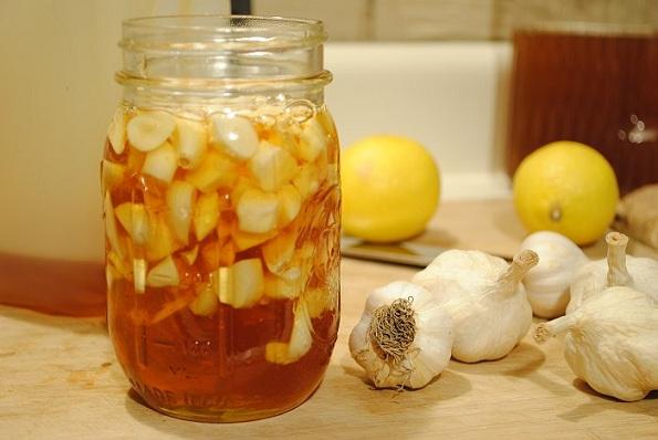 Мед и лук: Антикабктериска бомба која прави чуда за вашиот организам