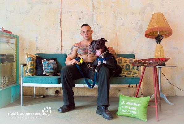 Овие згодни мажи од Тексас на необичен начин им помагаат на напуштените кучиња да најдат нов дом