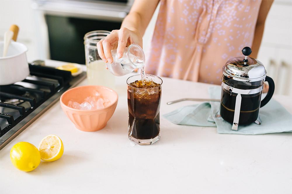 Лимонада и кафе: Пијалак што ќе ве освежи, но и наполни со енергија