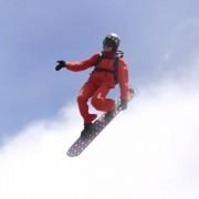 Неверојатна авантура: Бестрашен човек со сноуборд меѓу облаците
