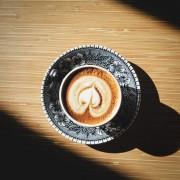 Пиење топло кафе
