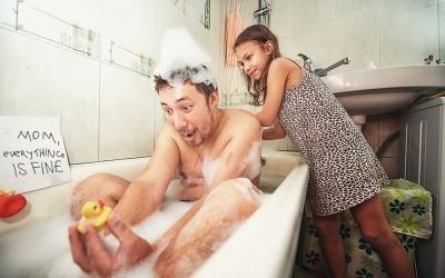 Татко и ќерка ја известуваат мајката што се случува додека не е дома на урнебесен и креативен начин