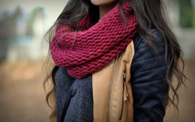 Топло, удобно и модерно: Како оваа есен да ги комбинирате вашите омилени марами?