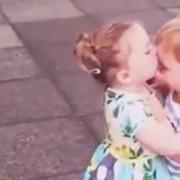 Урнебесно искуство: Неодоливи 2-годишни дечиња се бакнуваат за прв пат