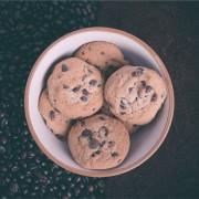 Јадење свежо печени колачиња