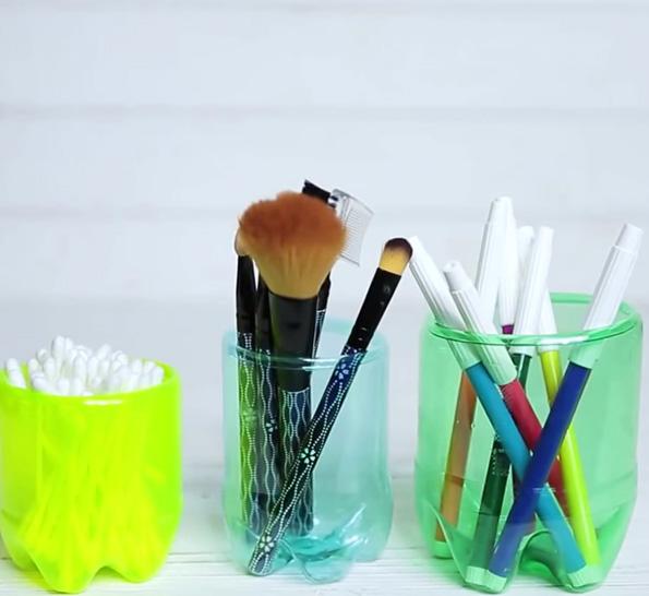(2) Наместо да ги фрлате старите пластични шишиња, направете корисни предмети од нив