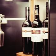 Пиење црвено вино со пријателите