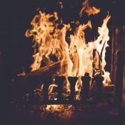 Седење покрај оган