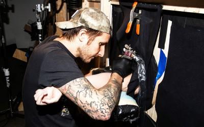 Познат тату артист бесплатно ги тетовирал луѓето кои покажале доверба во неговиот избор за дизајн и начин на работа