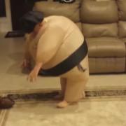 Момче маскирано во сумо борач не може да досегне топка, а мајка му урнебесно се смее