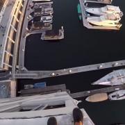 Не правете го ова сами! Луд скок од покрив на зграда во вода покрај пристаниште