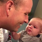Погледнете го изразот на ова мало бебе девојче како татко ѝ ќе ја бакне мајка ѝ
