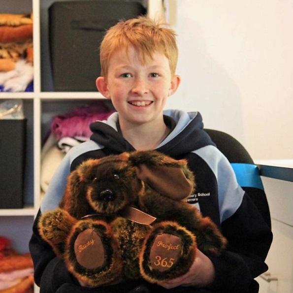 12-годишно момче шие подароци кои ги подарува на болните деца