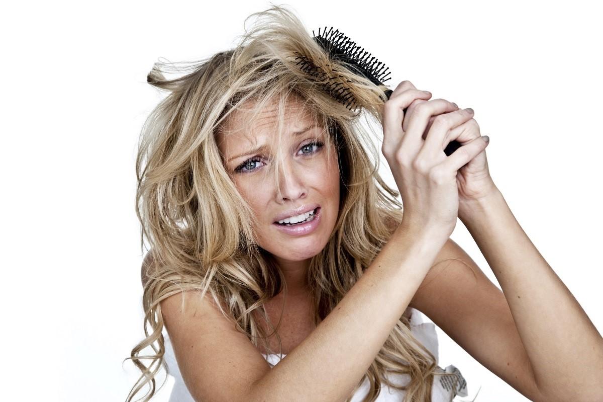 Едноставен трик кој ќе ви помогне да откриете дали е оштетена вашата коса