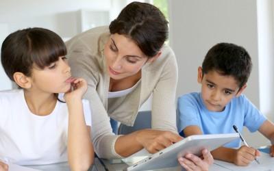 Корисни совети за сите родители: Зошто не треба да ги пишувате домашните задачи на вашите деца?