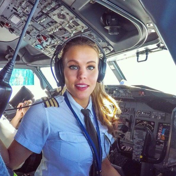 (1) Секси пилотка ни покажува дека постои совршена комбинација од интелигенција и убавина