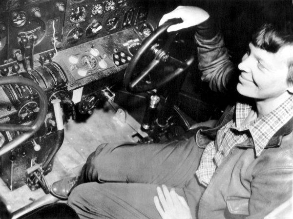 (2) Новите истражувања покажуваат дека Амелија Ерхарт ја преживеала авионската несреќа