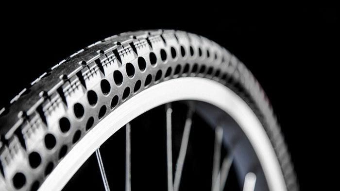 (2) Постојат нови безвоздушни гуми за велосипеди што никогаш нема да ви се дупнат