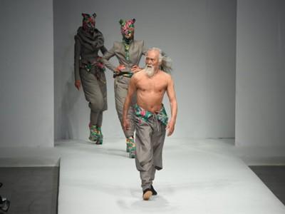 80-годишен модел ги сруши сите стереотипи со неговиот самоуверен став на модната писта