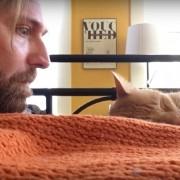 Момче ѝ се одмаздува на неговата мачка која го буди секое утро во 4 часот