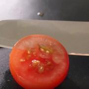 Погледнете го ова видео кое ја покажува моќта на добро наострениот нож