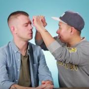 Погледнете го ова видео од најдобри другари кои си ставаат вештачки трепки