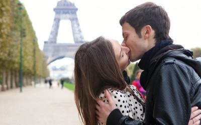 Зошто некои љубовни парови обожаваат да си искажуваат нежност во јавност?