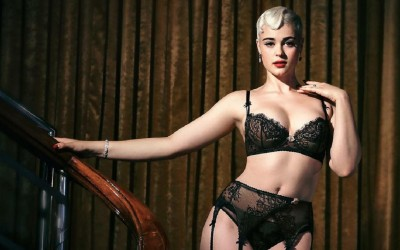 Девојка која ги руши стереотипите во модната индустрија со нејзината прекрасна фигура