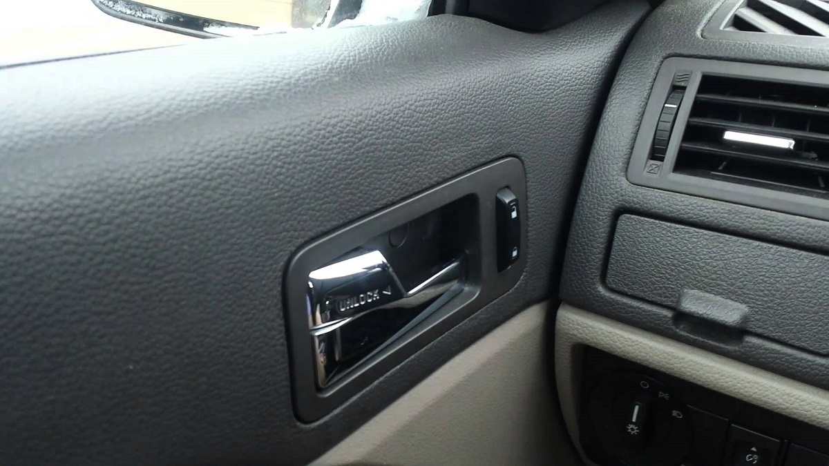 Знаете ли зошто секогаш треба да ја отворате вратата на вашиот автомобил со десна рака?