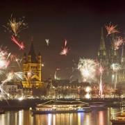 Реката Рајна во Келн, Германија беше осветлена со волшебен огномет